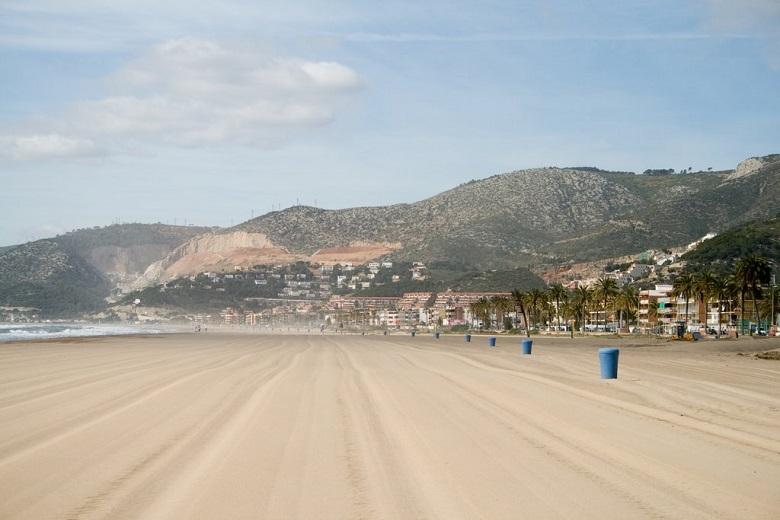 пляжи в пригороде барселоны